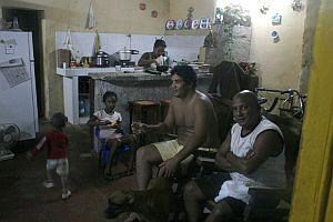 Una familia camagueyana espera la llegada del huracán ante las noticias de la televisión. (Foto: EFE)
