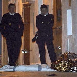 Policías custodian los cuerpos de los niños. (Foto: EFE)