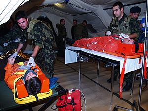 Los médicos y enfermeros comienzan a atender a los primeros heridos. (Foto: V.L.)