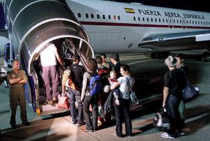 Embarque del pasaje que ha llegado este martes a Madrid. (Foto: EFE)