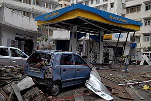 Estado en el que quedó una gasolinera junto al centro de rezo judío Nariman House donde lanzaron una granada. (Foto: EFE)
