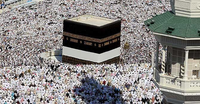Decenas de miles de musulmanes rodean el santuario de Kaaba en la Gran Mezquita de la Meca el pasado viernes. (Foto: EFE)