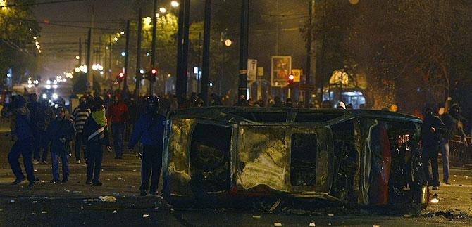 Los manifestantes se enfrentan a la Policía en las calles de Atenas. (Foto: REUTERS)