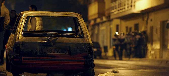 Uno de los coches que fue calcinado durante los disturbios. (Foto: EFE)