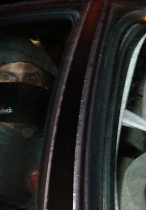 Uno de los etarras detenidos, a su llegada a Bayona. (Foto: REUTERS)