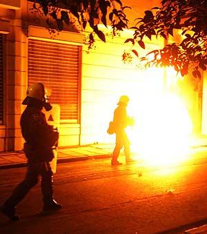 Varios policías griegos, durante los disturbios. (Foto: AP)