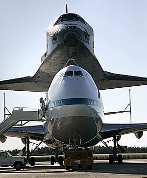(El transbordador Endeavour reposa sobre un Boeing 747 para ser transportado a lomos del avión comercial modificado para la ocasión desde la basa Edwards de California hasta el Centro Espacial Kennedy de Florida. (Foto: Efe)
