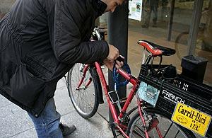 Saúl Martín Fernández, miembro del colectivo Guardabarros en Salamanca, candando su bicicleta. Foto: Ical.