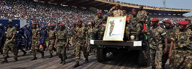 Soldados guineanos escoltan los restos del presidente Lansana Conte, en Conakry. (Foto: AFP)