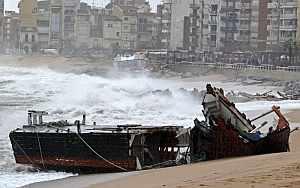 Un pesquero destrozado por el temporal marítimo este mediodía en Blanes, en la costa gerundense. (Foto: EFE)