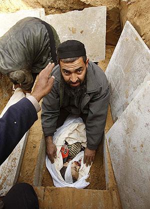 Un palestino entierra a su hijo de cinco años muerto en un ataqeu israelí en Jebaliya. (Foto: REUTERS)