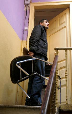 El hijo de la víctima llega al piso. (Foto: Efe)