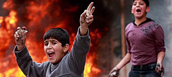 Jóvenes palestinos lanzan piedras a soldados israelíes en Hebrón en protesta por los bombardeos. (Foto: EFE)