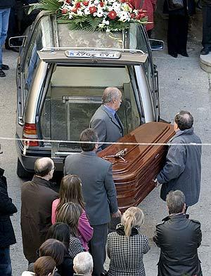 Entierro de una mujer asesinada por su marido en Torá (Lerida). (Foto: EFE)