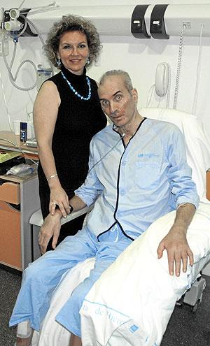 El profesor Neira, en el hospital, junto a su esposa. (Foto: P.B.)