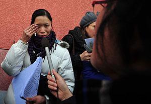 Zhang Li, de 26 años y madre de uno de los bebés afectados, cuenta a los medios chinos entre lágrimas su situación. (Foto: AFP)