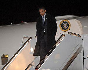 Obama baja del avión presidencial que lo trasladó de sus oficinas en Chicago a Washington, para preparar su investidura. (Foto: AFP)
