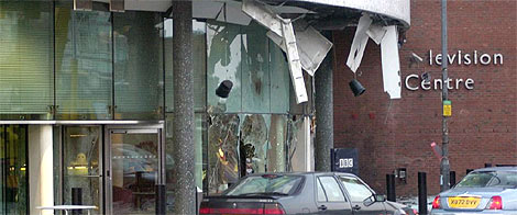 Así quedó una de las sedes de la BBC tras un atentado del IRA Auténtico en 2001. (Foto: EPA)