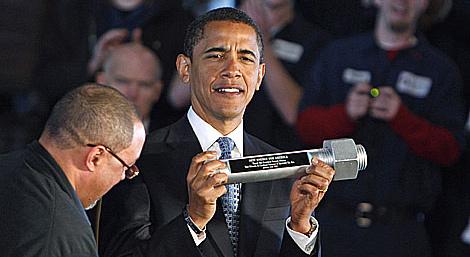 Obama muestra el tornillo que le regalaron en su visita a una factoría. (Foto: REUTERS)