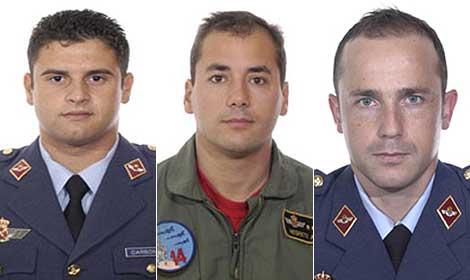 De izquierda a derecha, el capitán Carbonell, el capitán Negrete, y el teniente Cubillas, fallecidos en el accidente aéreo. (Fotos: Ministerio de Defensa)