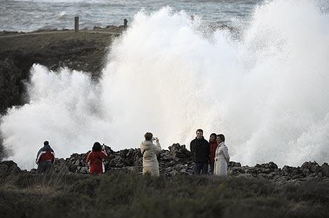 Vecinos y turistas toman fotos en el puerto de Llanes (Asturias). | Eloy Alonso