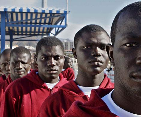 Inmigrantes recién llegados a Tenerife en un cayuco.  EFE/Manuel Lérida