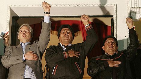 Morales, junto al vicepresidente Alvaro García Linera (i), y el Canciller David Choquehuanca (d), desde el balcón de Palacio Quemado. | EFE