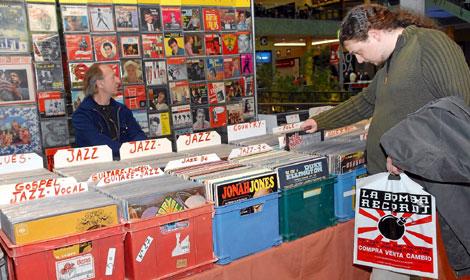 Un cliente compra discos de vinilo en una feria del coleccionismo. (Foto: J. González)