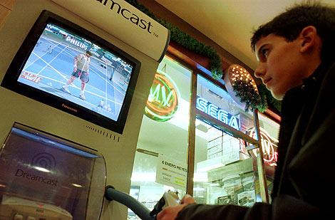 Un niño juega con una videoconsola (Foto: Raúl Bogajo)
