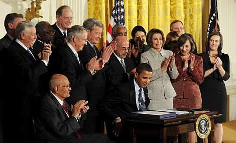 Obama, en el momento de firmar el texto. | Reuters