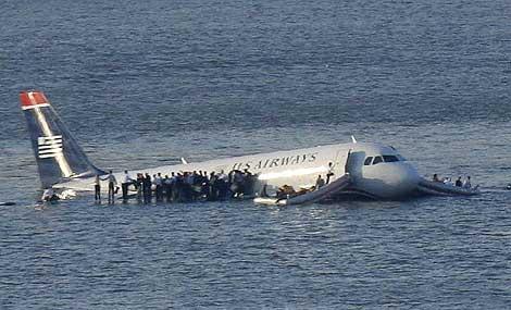 Los pasajeros permanecen en las alas del avión mientras esperan que les rescaten. | Foto: Reuters