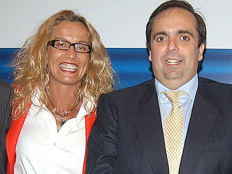 María del Carmen Rodríguez, empresaria detenida por corrupción, junto al ex alcalde de Majadahonda, Guillermo Ortega, en un acto en 2003. (elmundo.es)
