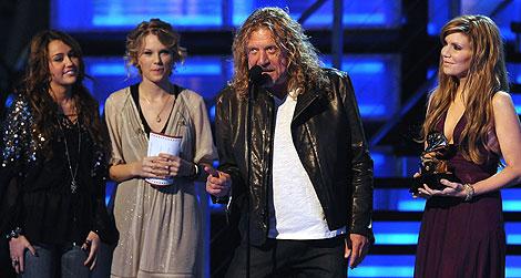 Robert Plant y Alison Krauss, triunfadores de la gala, recogen uno de los premios. | AFP