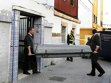 Los servicios funerarios trasladan el féretro de la mujer. | Efe