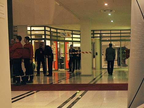 La sucursal de ING en la que se produjo el atraco fue acordonada por la Policía. | Afp