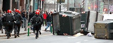 Agentes de la Ertzaintza intervienen en las calles de Bilbao. | Efe