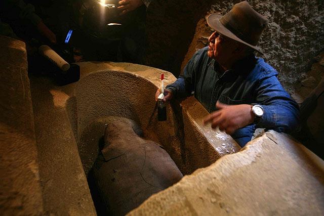 El arqueólogo Zahi Hawass, ante el descubrimiento. | REUTERS