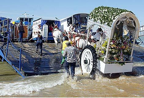 Las carretas embarcan para cruzar el Guadalquivir y entrar en Doñana. | J.F. Ferrer
