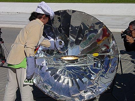 Una paella preparada con cocina solar.