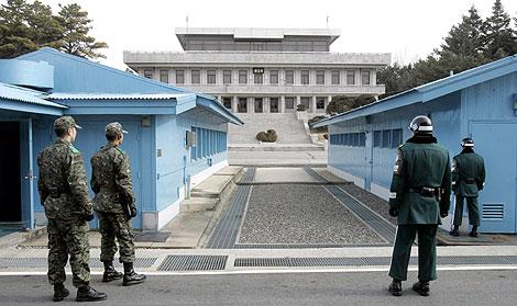 Soldados de las dos coreas en la zona desmilitarizada. | Ap