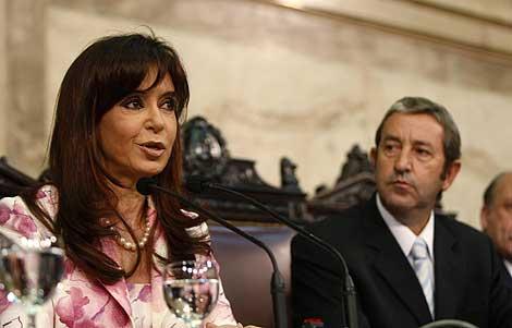 La presidenta argentina, Cristina Kirchner, junto al vicepresidente Julio Cobos. | Reuters