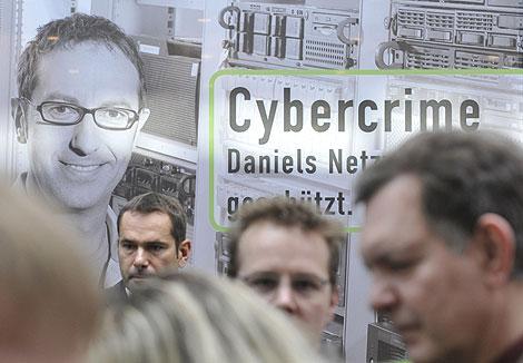 Visitantes pasan por un 'stand' de ciberseguridad en la Feria | Foto: AFP