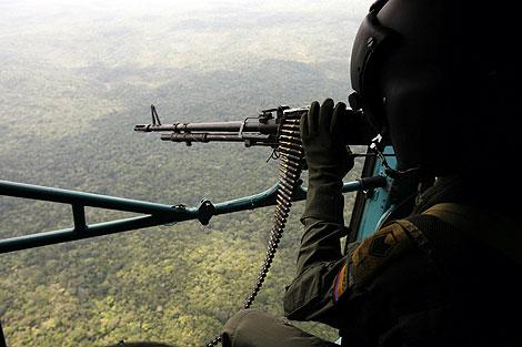Una patrulla sobrevuela una de las zonas del conflicto. | Efe