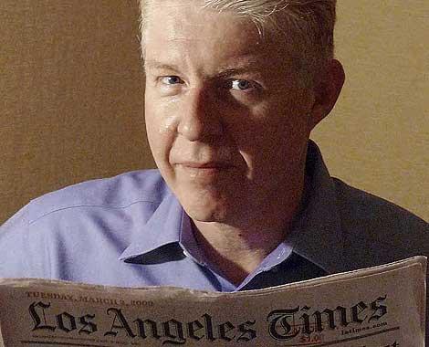 Paul Gillin disfruta leyendo un ejemplar de 'Los Angeles Times'. (Foto: EL MUNDO)