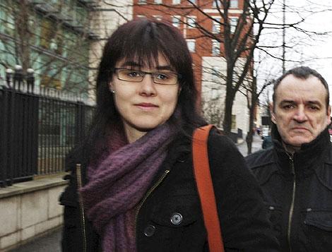 El etarra y su esposa, en una de sus comparecencias ante el tribunal norirlandés. | EL MUNDO