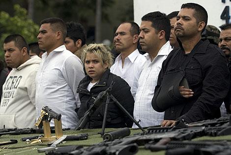 Los detenidos en Tijuana, ante el arsenal de armas incautado. | AP