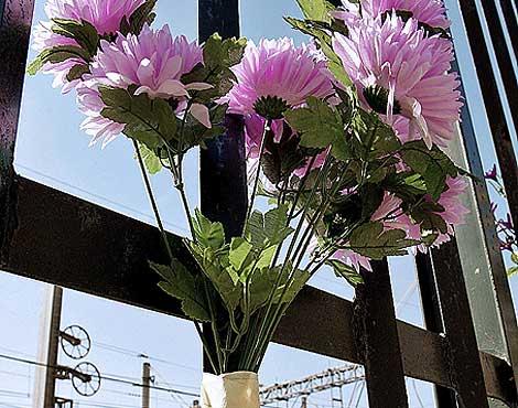 Un ramo de flores recuerda el quinto aniversario del 11-M en Atocha. | Foto: S. Enríquez