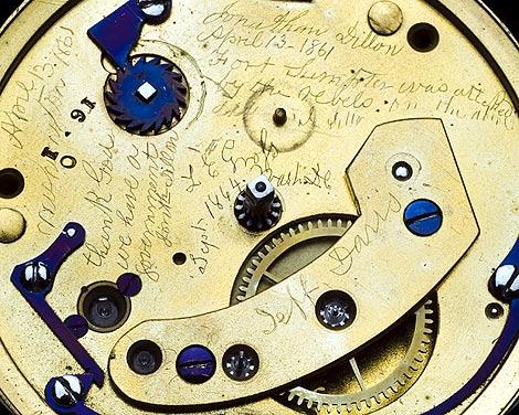 Imagen de los mensajes escritos dentro del reloj. | Reuters