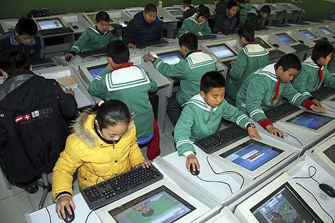 Estudiantes chinos de primaria usan Internet. | AP
