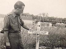 Pujol junto a la tumba de su hermano. | Ediciones B
